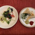152356641 - 前菜のサモサとサラダ。驚く程に美味しい♡