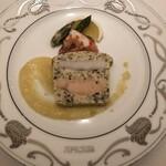 152368848 - 桜鱒のチョウザメの温かいテリーヌ 日向夏のクゥーリィ