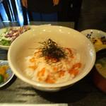 桜ヶ丘 - 鮭親子丼 サラダと小鉢ひと品