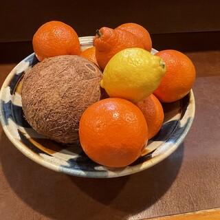 旬にこだわり新鮮食材を一つ一つ厳選。デザートのマンゴーも人気