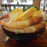 伊澤家 - ・豪華海鮮丼 ドーム盛り 後ろから