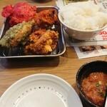 札幌ザンギ本舗 - ザン盛4 1皿4個(¥605)、塩辛(¥176)、小ライス(¥120)。 醤油味が一番かな。