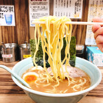 武源家 - 固めの中太ストレート麺!