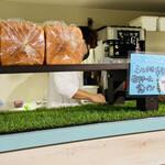 生クリーム専門店 Milk - パンも何種類か販売してます