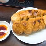 ぎょうざや - 料理写真:デッカい焼き餃子。10個でかなり腹パンになる。