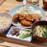 ムスムス - 鳥取県大山鶏 塩こうじヨーグルト仕込み 唐揚げ定食(1300円)