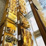 サンモリッツ名花堂 - 惣菜パンの数々。ずっと見ていられる…