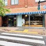 サンモリッツ名花堂 - 陽かりが差し込む大きなガラス張りの店舗。 残念ながらこの日は雨模様でした…