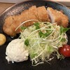 とんかつ富義 - 料理写真:キャベツ、かいわれ、ミニトマト、ポテトサラダが付いています。