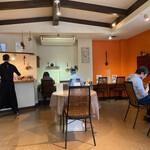 スパイスれすとらん cardamom - 店内はシンプルモダンなオシャレ空間です。鮮やかなビビッドオレンジが食欲をそそります(・∀・)b