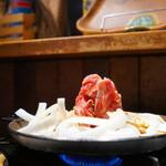 司バラ焼き大衆食堂 - 鉄板で運ばれる「十和田バラ焼き」。