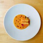 B - 料理写真:バターナッツとフォアグラのプレッセ ブルーテに浮かべて