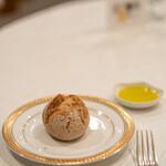 シュマンドール - 2021.6 ライ麦パン、ガーリック風味のオリーブオイル