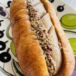 Mont-Thabor - ぶっとい粗挽きフランクのパンを見ると無意識のうちに手を伸ばしてしまう…間違いない美味さ! 3種類?くらいのフランクパンがありました。また次回違うフランクのパン、買ってみよ。