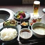 152559154 - 仔虎切り落としランチ1600円(キムチ・小鉢・ライス・スープ・サラダ付き)