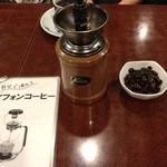15256276 - コーヒー豆とコーヒーミル