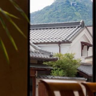 日差しが十分な店内の音楽はジャズ!八幡山の頂も見え絶景です。