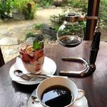 珈琲さとう - ドリンク写真:縁側で頂くサイフォンコーヒーとパフェ