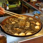 藤や - 2012.10 煮込み鍋から店主が箸で取り分けてくれます