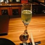 ワインサロン 銀座G.G. - 美しいブルーキュラソーを使ったシャンパンカクテル