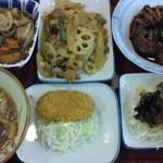 はなみずき食堂 - 鶏と何とかの煮物、レンコンと肉炒め、煮込みハンバーグ、豚汁、コロッケ、秋の天ぷら盛り合わせ