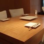 鶏の蔵 - 気軽にくつろげるテーブル席はお仲間との楽しいひとときに