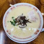 152666855 - まるでポタージュみたいにぽってりとしたクリーミーな豚骨スープです。