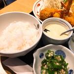 魚忠 - ご飯の横にあるのはタルタルです・・たっぷりすぎる
