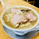 中華そば ひらこ屋 - ◎スープは、ひらこ、鯵、いりこ、焼干をなど数種類の煮干しを大量に使って、煮干しのパンチはかなり効いているが、豚骨スープと中和されてまろやかな味わい。
