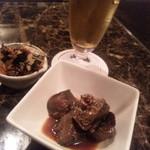 ブラボーチキン - 夜の立ち飲み。ビール500円、鶏レバー350円、お通し150円で計1000円。