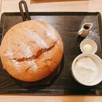 台湾カステラ 米米 - 鉄板の上で焼かれた鉄板カステラパンケーキは、熱々です。