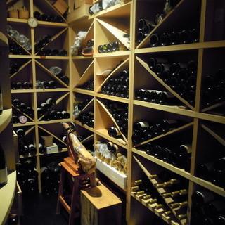 ワインはフランス産を中心に多彩に取り揃えております。
