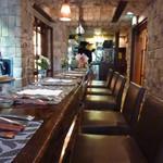 ワイン蔵で楽しむ美食 TERRA - 細長い店内です。