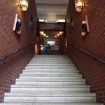 ワイン蔵で楽しむ美食 TERRA - 階段を登って行くと、途中の左手にお店のドアあがありました。