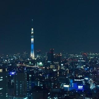 夜景輝く天空のラウンジ
