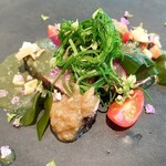 152708898 - 鰹の藁焼き、サザエのソース、焼きなす、ワカメ、花穂紫蘇