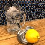 肉汁餃子と190円レモンサワー しんちゃん - レモンサワー