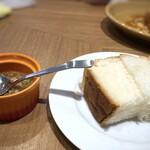 ラザニアCORE - ◆サービスで頂いた「パン」と「サルサソース」・・サルサソースは味変に使用しました。