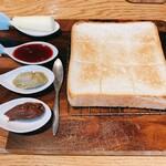 高級食パン専門店 嵜本 - 全体写真。映えですね。