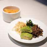 ビーフキッチン - ナムル4種盛り 白菜キムチ
