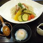 15276204 - 「トマト蕎麦」と温泉玉子。