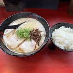 ラーメン ごくまる - 料理写真:純味トンコツ(大盛)+ライス 590円