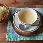 カナデアン ステーキハウス - 料理写真:サラダにスープ