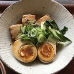 シズク - 豚角と煮玉子。味付けの濃さがちょうど良い。