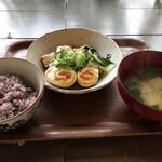 シズク - 豚角と煮玉子のやわらか煮(850円)すまし汁とご飯つき
