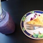 ペレニアルロックガーデン春子谷地 cafe ミルクの里 - ブルーベリーミルクジュース440円(単品だと550円)、チーズタルト440円