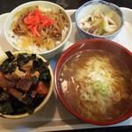 鶴亀 - 日替わりランチ(ミニ牛丼+ミニ海鮮づけ丼+ミニラーメン+イカの酢みそ和え)500円