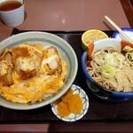松本屋 - ネギとわさびは小皿に別盛り。小鉢、もやしのごま和え。漬け物もあり。