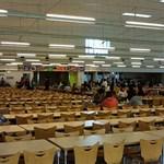 獨協大学 学食 - 約1,800名が収容できる広い空間