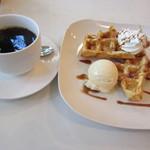 Cafe FUZIMI - キャラメルワッフルのセット 580円とリーズナブル